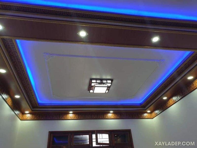 18   Phòng khách sử dụng tấm trần gỗ nhựa và đèn hắt màu xanh dương