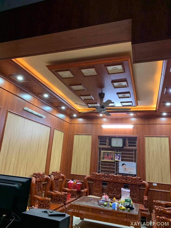 09   Phòng khách nhà cấp 4 mái thái sang trọng với trần nhựa cao cấp giả gỗ