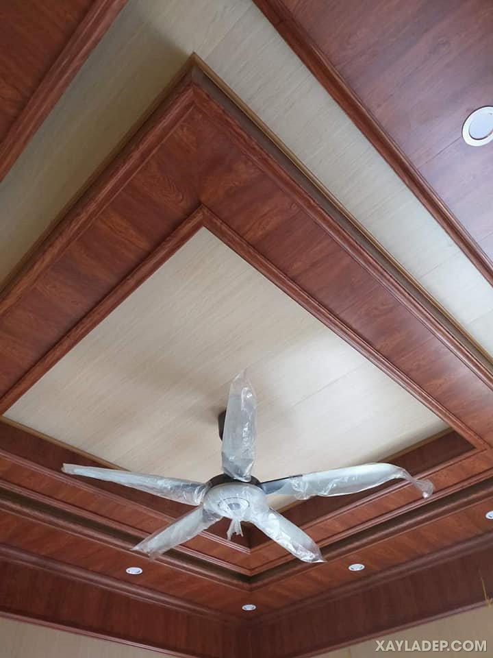 06   trần nhựa giả gỗ cao cấp giật cấp cho phòng khách