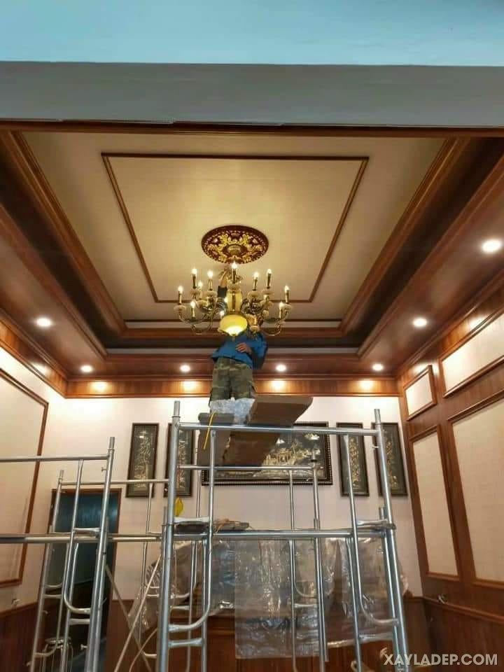 01   Mẫu trần nhựa giả gỗ cho phòng khách vuông với quạt trần đèn
