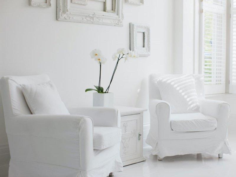 Căn phòng sử dụng cách phối màu đơn sắc khi sử dụng màu trắng làm màu chủ đạo