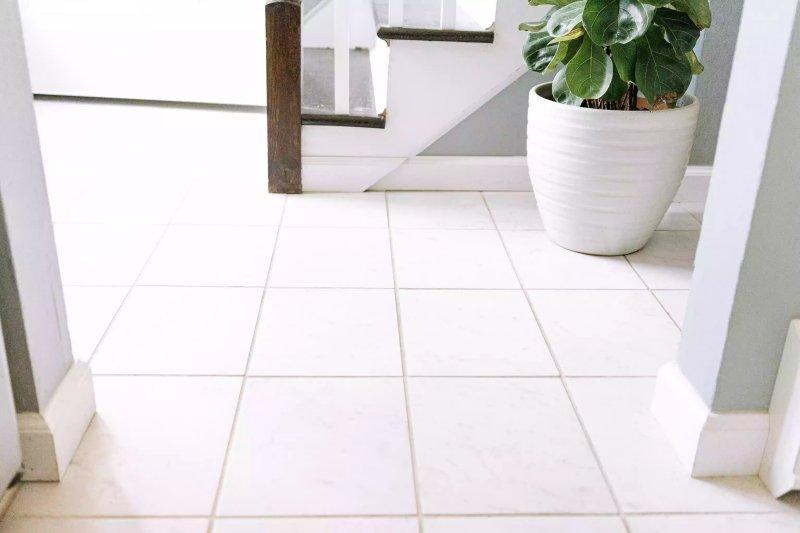 sàn gạch trắng The Spruce / Jorge Gamboa