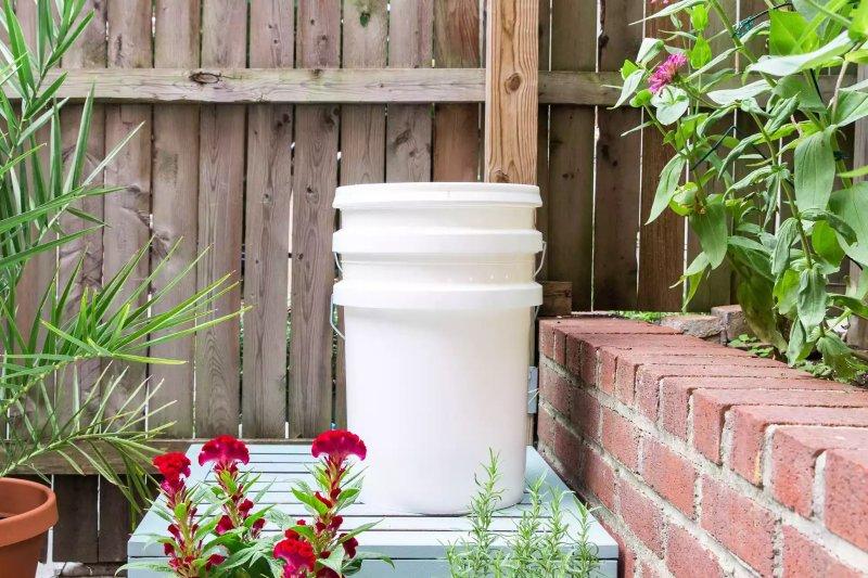 Thùng ủ compost làm từ xô nhựa Spruce / Candace Madonna