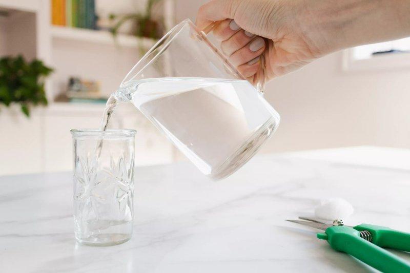đổ nước vào bình